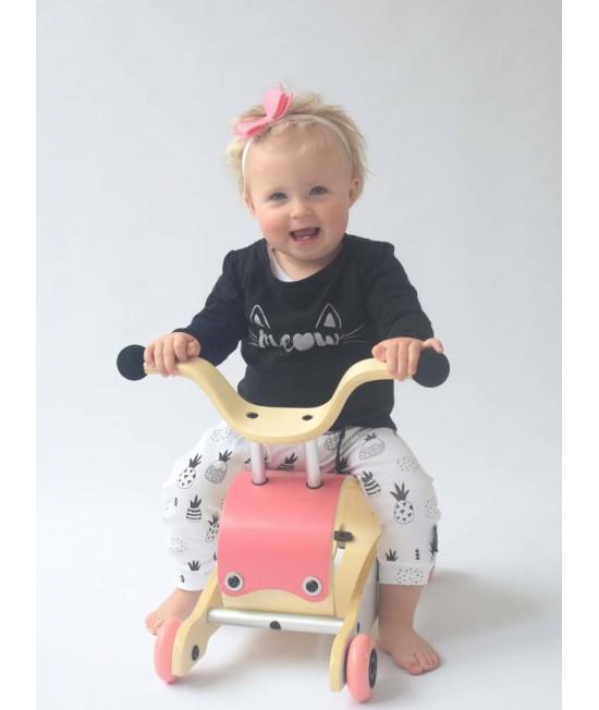 Wishbone Mini-Flip - antemergător / mașină de călărit / balansoar din lemn - Roz cu alb și roți roz